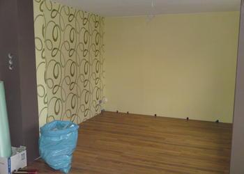 Ein fertig tapeziertes und gestrichenes Zimmer